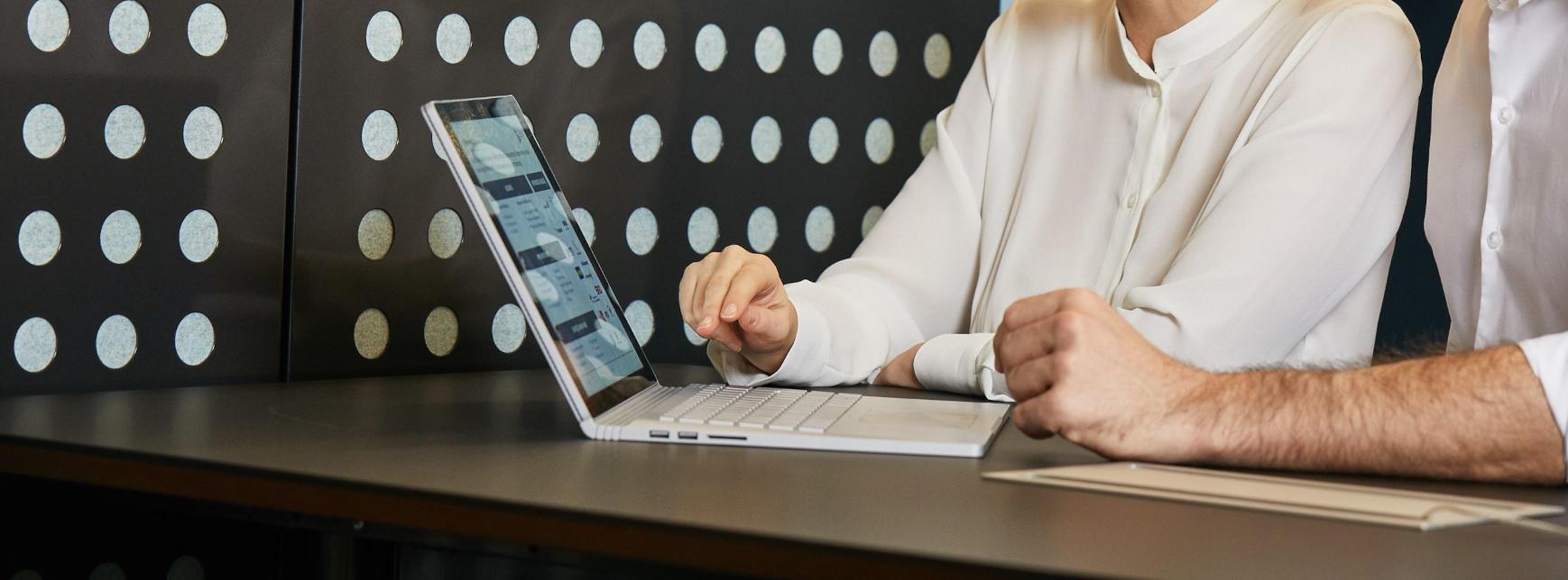 Mann und Frau arbeiten an Laptop