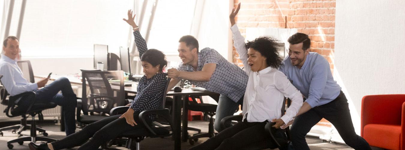Team aus fünf Personen beim Bürostuhl-Rennen